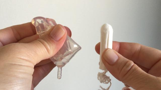 Femmecup onesize-kopp och en minitampong