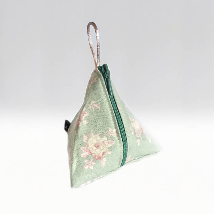 Tetra blommor på pastellgrön botten –menskoppen.se