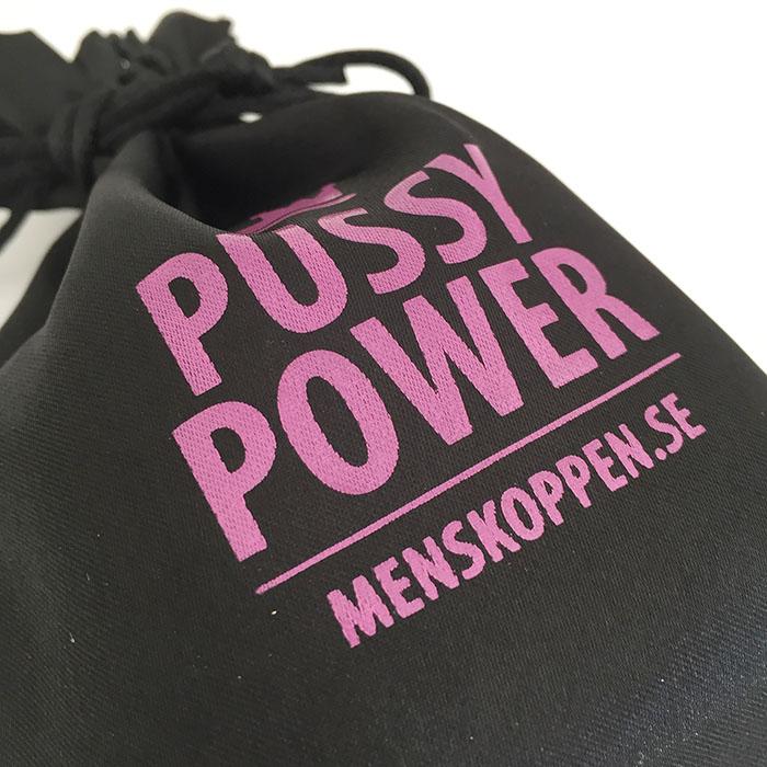 Påse Pussy Power – Svart påse med rosa tryck för din menskopp