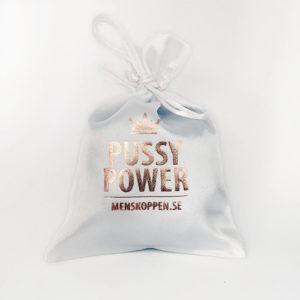 Påse Pussy Power – Vit påse med kopparfärgat tryck för din menskopp