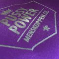 Detalj påse Pussy Power – Lila med silverfärgat tryck