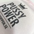 Påse Pussy Power – Rosa påse med svart tryck för din menskopp