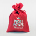 Påse Pussy Power – Röd påse med silverfärgat tryck för din menskopp